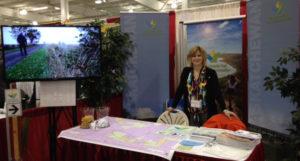 Coordonnatrice du Sentier à Saskatchewan, Kristen Gabora, au kiosque STC lors du congrès SARM à Saskatoon.