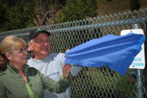 La Présidente et chef de la direction du Sentier Deborah Apps et le président de BC Trails Al Skukas dévoilent la plaque du sentier Transcanadien