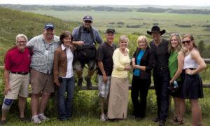 Les équipes de Shaw Media et du sentier Transcanadien entourent Mme Laureen Harper et le chanteur Paul Brandt lors du tournage sur le tronçon Glenbow Ranch du sentier Transcanadien, le lundi 9 juillet 2012.