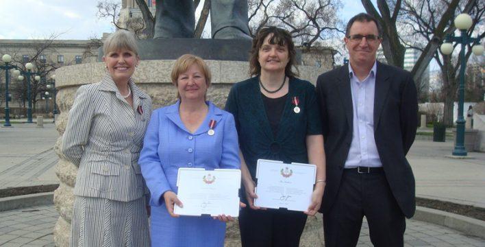 Deborah Apps, Linda Morin, Ilse Ketelsen et Ian Hughes (président de Manitoba Trails) à la cérémonie.