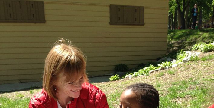 Valerie Pringle, coprésidente du Conseil d'administration de la Fondation du STC, complète son BioKit avec l'aide d'une nouvelle amie du refuge Red Door lors d'une sortie au Sentier Martin Goodman/Waterfront organisée par la Junior League de Toronto.