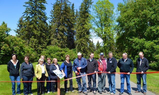 De gauche à droite: Carol Simpson, conseillère municipale de Blackfalds; Melody Stol, mairesse de Blackfalds; Betty Ann Graves, membre du conseil du Sentier; (derrière) Dana Kreil, conseillère municipale du comté Lacombe; Paula Law, adjointe au maire du comté Lacombe; Linda Strong-Watson, directrice exécutrice d'Alberta TrailNet; Debbie Olsen, présidente de Central Alberta Trails Network; Ken Wigmore, maire du comté Lacombe; Rod Fox, MAL; Cliff Soper, conseiller municipal du comté Lacombe; Blaine Calkins, député; Kelly Turkington, directrice des opérations interim au Centre de recherches de Lacombe; Reuben Konnick, conseiller municipal de la ville de Lacombe.