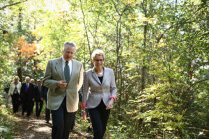 La première ministre Wynne et Paul LaBarge (président du conseil, sentier Transcanadien) dans la zone de protection de la nature Greenwood d'Ajax. (Photo: Imprimeur de la Reine pour l'Ontario)