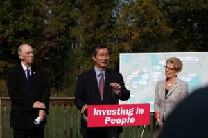 Michael Chan (ministre du Tourisme, de la Culture et du Sport) à l'annonce des Sentiers des Jeux panaméricains dans la zone de protection de la nature Greenwood d'Ajax. (Photo: Imprimeur de la Reine pour l'Ontario)