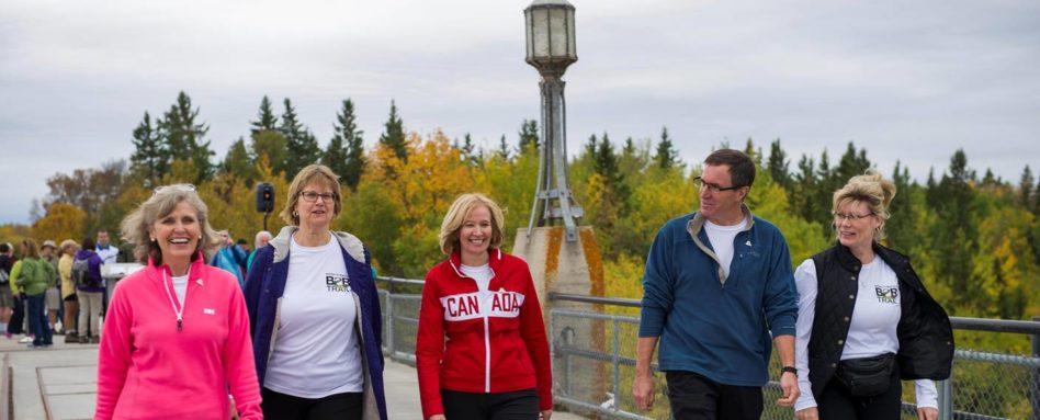 Des champions et employés du Sentier ont marché 15 kilomètres pour célébrer le nouveau tronçon manitobain. De gauche à droite : Deborah Apps (présidente et chef de la direction du STC), Ruth Kristjanson (vice-présidente, Relations d'entreprise de Manitoba Hydro), Laureen Harper (Présidente d'honneur de la campagne du Sentier), Ian Hughes (président de Trails Manitoba) et l'honorable Shelly Glover (ministre du Patrimoine canadien et des Langues officielles).