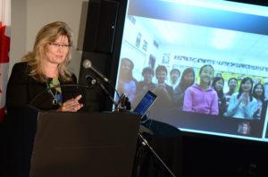 Ministre du Patrimoine canadien et des Langues officielles, Mme Shelly Glover, félicite Emily Wang, un des gagnants du Défi de la fête du Canada, via Skype. Crédit : Patrimoine canadien