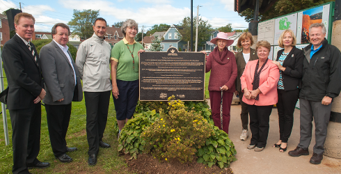 De gauche à droite : Le maire de Stratford, David Dunphy; le maire de Charlottetown, Clifford Lee; le premier ministre de l'Î.-P.-É., l'honorable Robert Ghiz; Catherine Schaap, présidente d'Island Trails; Nancy Baron, fiduciaire de la Fondation W. Garfield Weston; Valerie Pringle, coprésidente de la Fondation du sentier Transcanadien; l'honorable Gail Shea, ministre des Pêches et des Océans; Mme Laureen Harper, présidente d'honneur de la Campagne du STC; et Paul LaBarge, président du sentier Transcanadien.