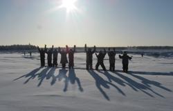 Équipe Saagoti dans le cadre de l'activité « Marcher jusqu'à Tuktoyaktuk », T.N-O., faisant de la raquette sur le Sentier de la rivière Mackenzie