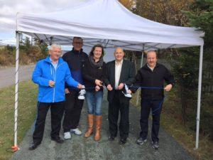 Gauche à droite: Vince Burton ; l'honorable Paul Davis, premier ministre de Terre-neuve-et-Labrador ; Jane Murphy ; maire Dan Bobbett ; Sterling Willis. Photo : Conrad Freake