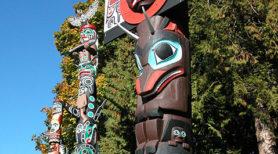 Mât totémique autochtone à Brockton Point le long du Sentier dans le parc Stanley à Vancouver. Photo : Bruce Obee.