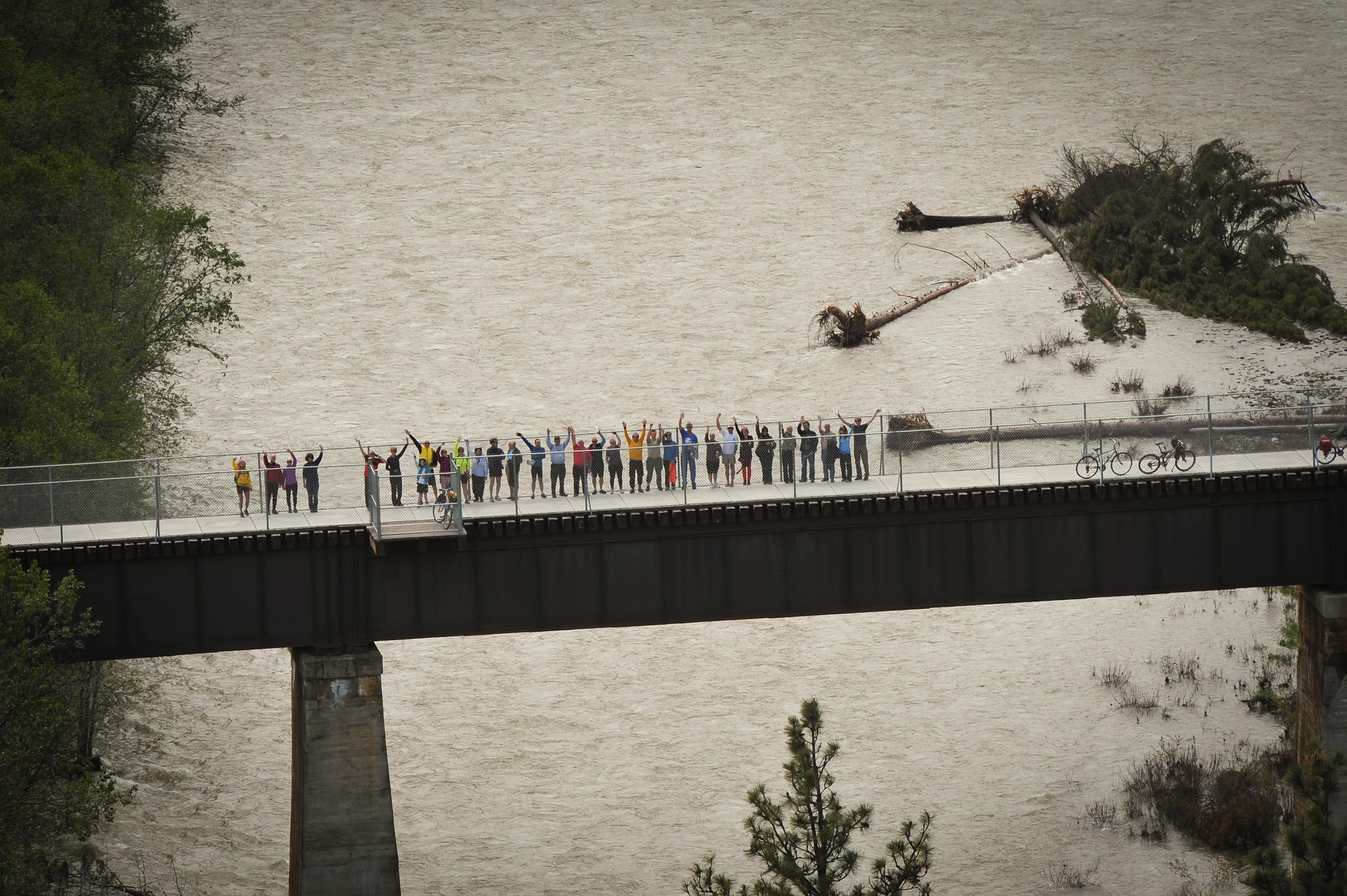 Une partie du groupe qui a célébré le dévoilement de la plaque saluent à partir du pont Wycliffe. Photo: Brian Clarkson
