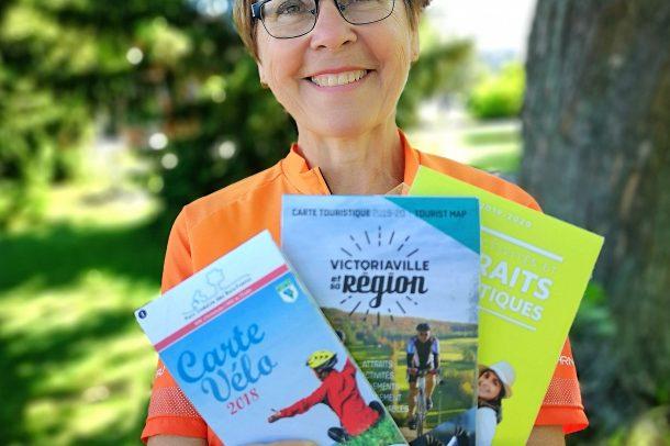 Jacinthe Arbour et ses brochures touristiques