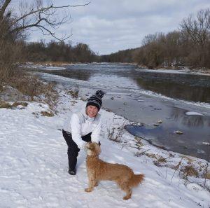 Deb Allerton explore les sentiers Grand River avec le chien de sa fille.