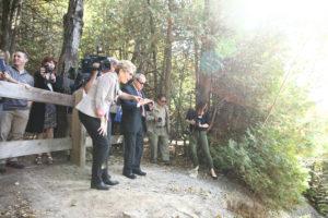 La première ministre Wynne fait l'annonce des Sentiers des Jeux panaméricains dans la zone de protection de la nature Greenwood d'Ajax. (Photo: Imprimeur de la Reine pour l'Ontario)